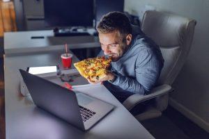 Evden çalışma insanları sağlıksız beslenmeye itiyor!